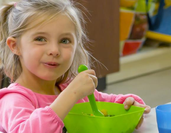 Petit fille qui mange un un repas fait pas Les petits chefs